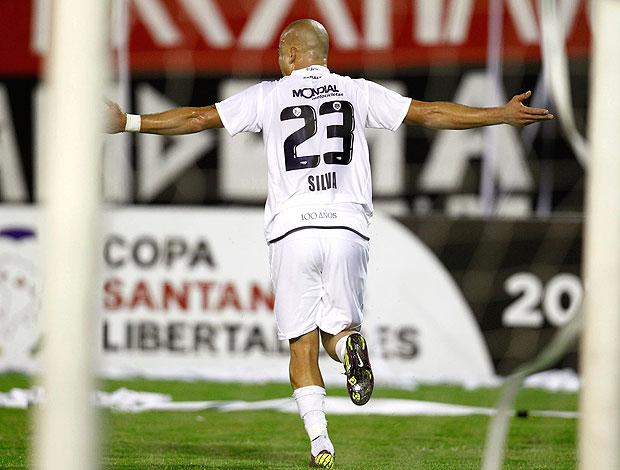 Santiago Silva comemora gol do Velez Sarsfield contra o Caracas (Foto: Reuters)