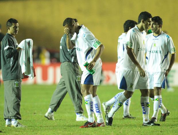 Santo André x Palmeiras, Jogadores sentem o efeito do gás de pimenta utilizado pela Polícia Militar (Foto: Agência Estado)