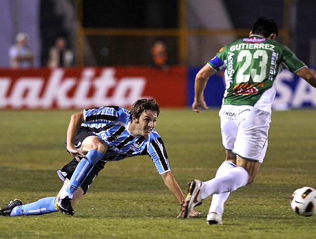 Adilson do Grêmio na partida contra o Oriente Petrolero (Foto: AFP)