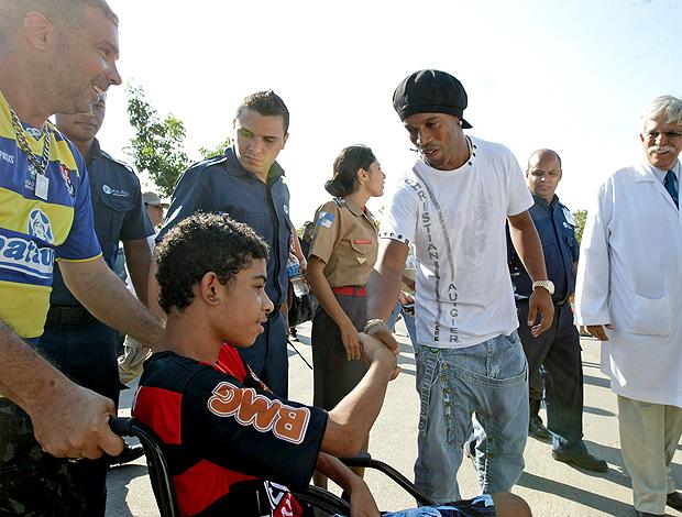 Ronaldinho Hospital Realengo (Foto: Ag. Estado)