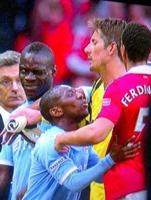 Balotelli provoca Ferdinand no clássico de Manchester (Foto: Reprodução)