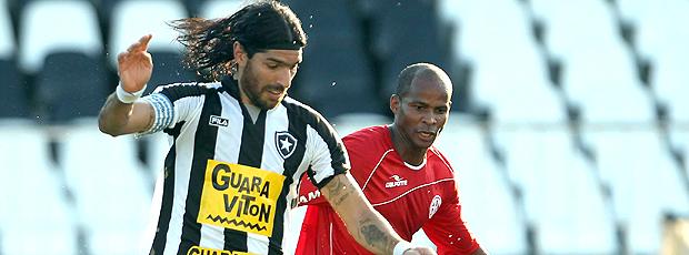 Loco Abreu Botafogo x Olaria (Foto: Cezar Loureiro / O Globo)