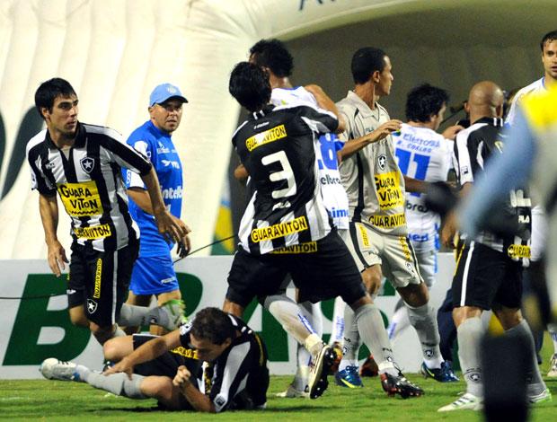 Bota vai estudar imagens e pode pedir punição a árbitro e Marquinhos Briga_botafogo_avai_rbs_60
