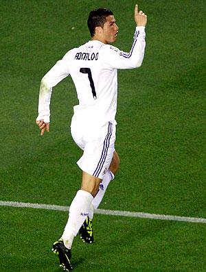 Cristiano Ronaldo comemora gol do Real Madrid contra o Barcelona (Foto: EFE)