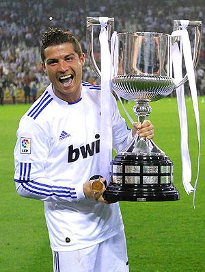 Cristiano Ronaldo com a taça da Copa do Rei  (Foto: AP)