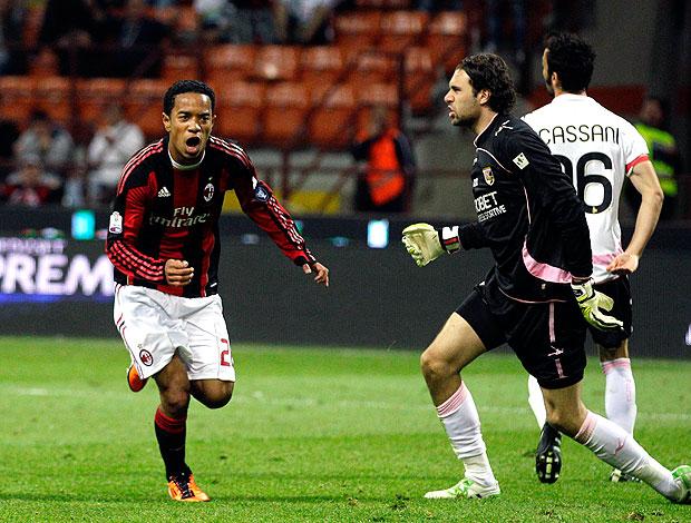 Emanuelson comemora gol do Milan contra o Palermo (Foto: AP)