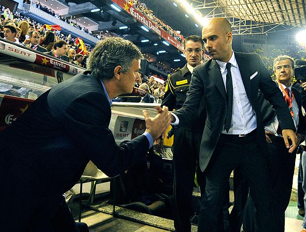 José Mourinho e Pep Guardiola na partida do Barcelona contra o Real Madrid (Foto: AFP)