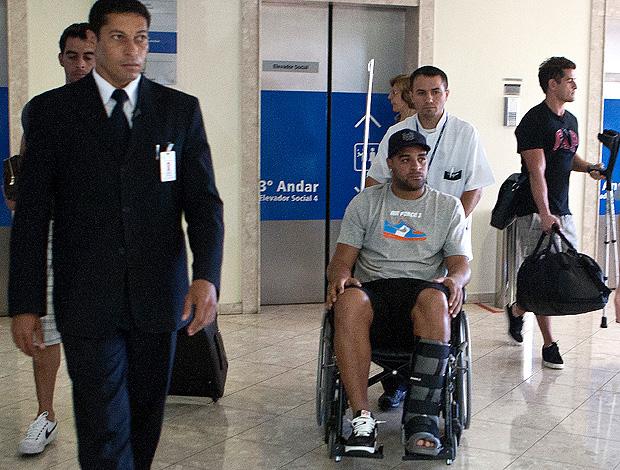 Adriano deixa o hospital (Foto: Daniel Augusto Jr./ Ag. Corinthians)