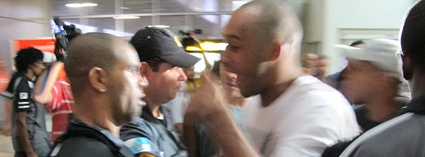 Alessandro desembarque Botafogo confusão (Foto: Gustavo Rotstein / Globoesporte.com)