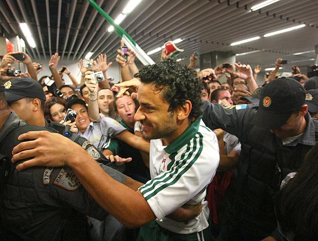 Fred desembarque Fluminense (Foto: Guilherme Pinto / O Globo)