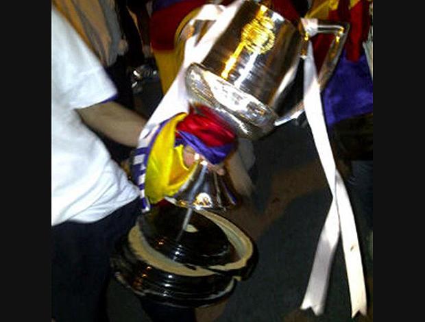 Taça Copa do Rei destruída (Foto: Reprodução)