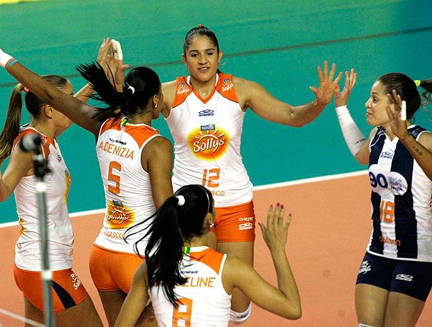jogadoras do Osasco comemoram vitória sobre o Vôlei Futuro (Foto: Luiz Pires / VIPCOMM)