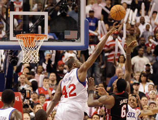 Elton Brand do Philadelphia 76ers e Le Bron James do MiamiHeat (Foto: Getty Image)