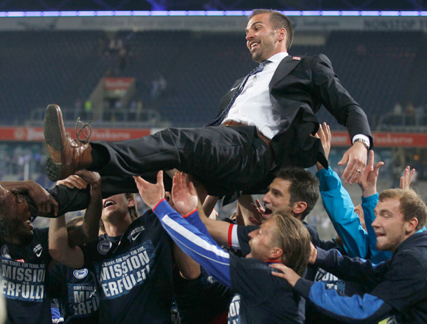 Jogadores do Hertha Berlin carregam o técnico Babbel (Foto: Reuters)