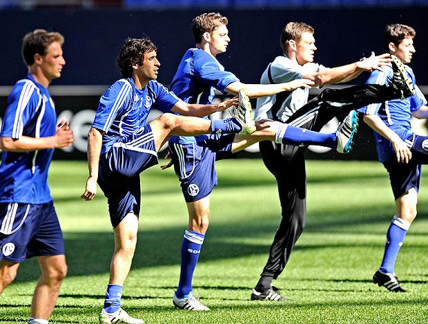 Raul e jogadores no treino do Schalke (Foto: AP)