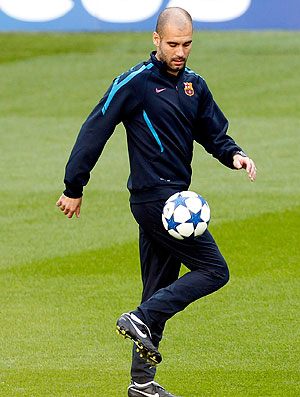 Pep Guardiola no treino do Barcelona (Foto: Reuters)