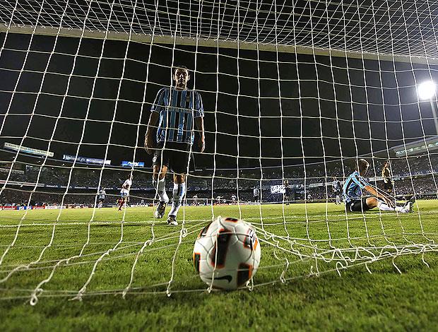 Rafael Marques pega a bola após gol do Universidad Católica contra o Grêmio (Foto: AF)