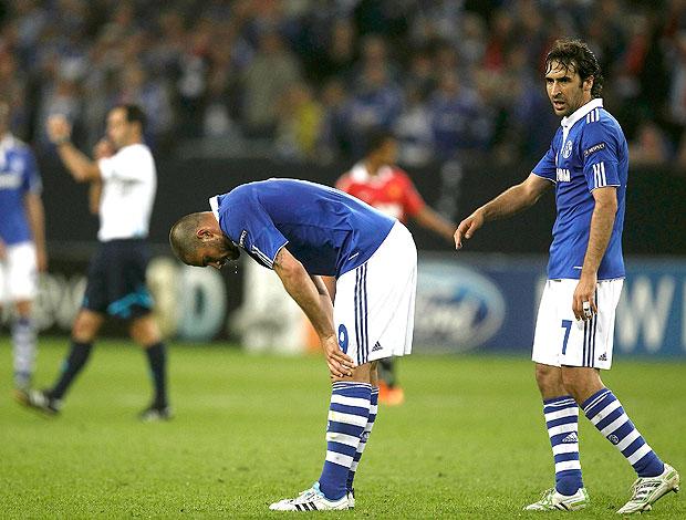 Raul e Edu na derrota do Schalke contra o Manchester United (Foto: Reuters)