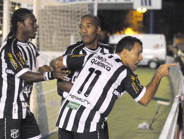 Geraldo, João Marcos e Iarley do Cerara comemoram gol (Foto: Agência Estado)