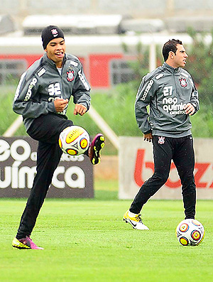 Dentinho treino Corinthians (Foto: Marcos Ribolli / Globoesporte.com)