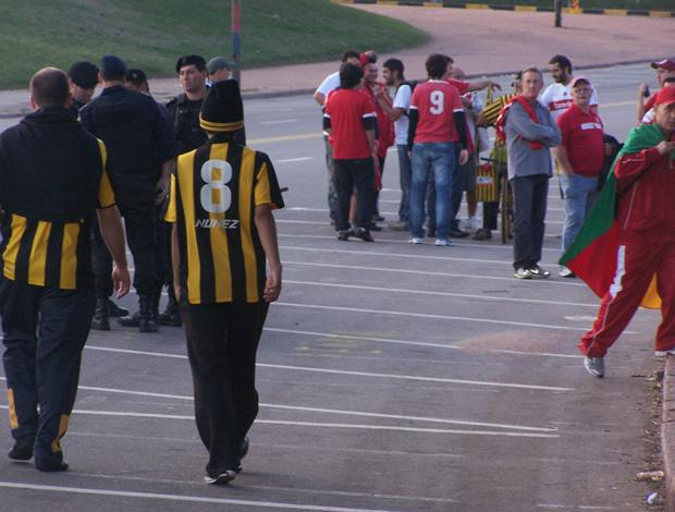 Torcidas de Inter e Peñarol convivendo no Centenário. (Foto: Alexandre Alliatti / Globoesporte.com)