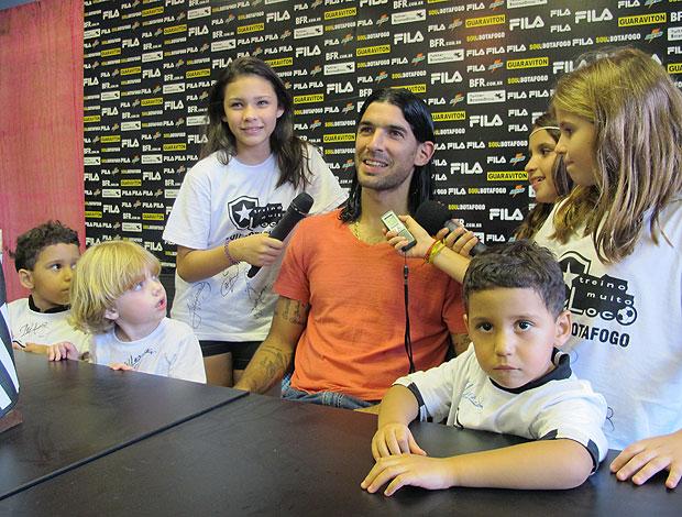 Loco Abreu com crianças no treino do Botafogo (Foto: Gustavo Rotstein / GLOBOESPORTE.COM)