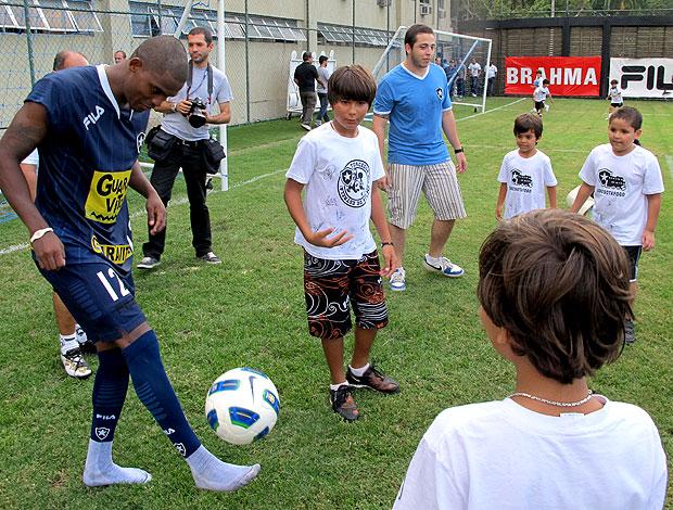 Maicosuel com crianças no treino do Botafogo (Foto: Gustavo Rotstein / GLOBOESPORTE.COM)