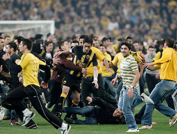 torcida invade gramado na partida entre AEK e Atromitos na Grécia (Foto: Reuters)