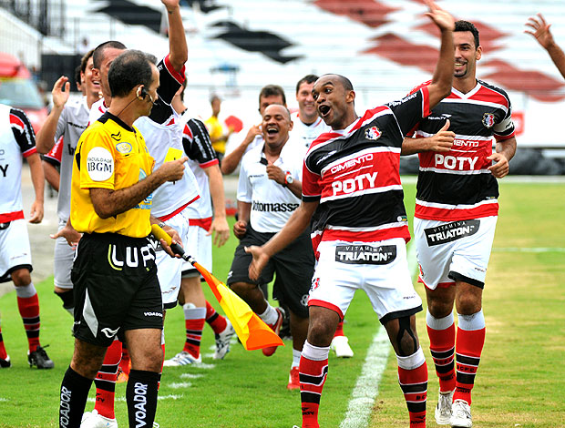 Weslley comemora gol do Santa Cruz (Foto: Ag. Estado)