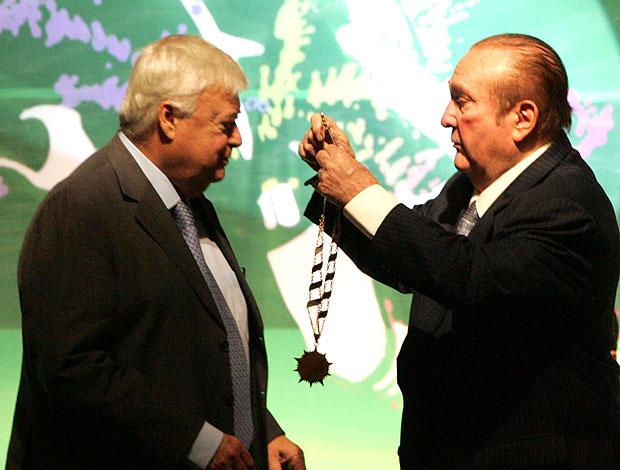 Ricardo Teixeira recebe condecoração de Nicolás Leoz no Paraguai (Foto: EFE)