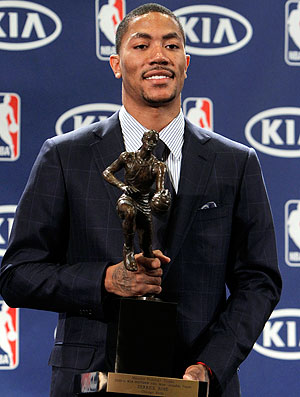 Derrick Rose com troféu de MVP da NBA (Foto: AP)