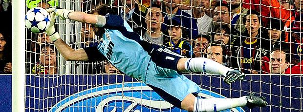 Casillas faz defesa na partida do Real Madrid contra o Barcelona (Foto: AFP)