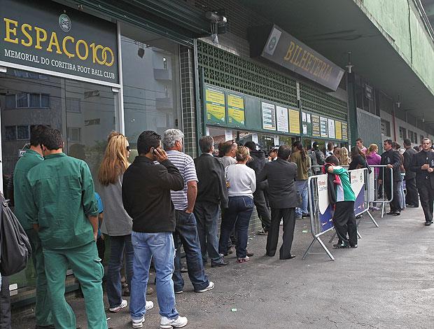 fila de torcedores para comprar ingresso do Coritiba (Foto: Heuler Andrey / Ag. Estado)