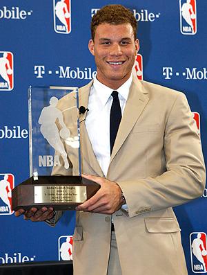 Blake Griffin recebe o prêmio de Rookie da NBA (Foto: AP)