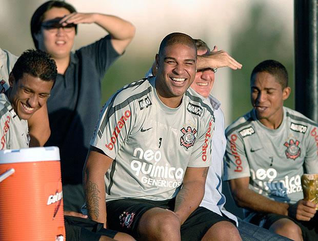 Adriano no treino do Corinthians sorridente (Foto: Ag. Estado)