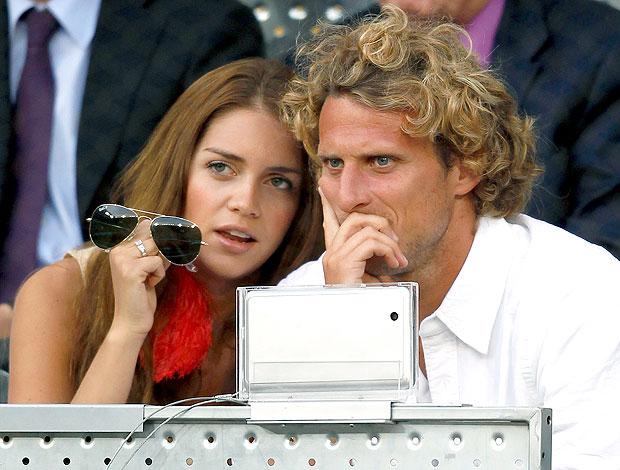 Diego Forlan com Zaira Nara no torneio de tênis em Madri (Foto: Reuters)