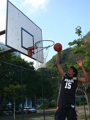 lucas bebê basquete (Foto: Alfredo Bokel/Globoesporte.com)
