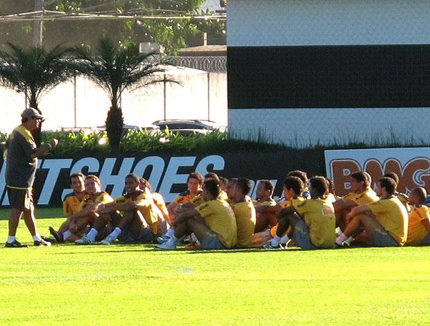 Muricy conversa com jogadores antes do treino do Santos (Foto: Adilson Barros / GLOBOESPORTE.COM)