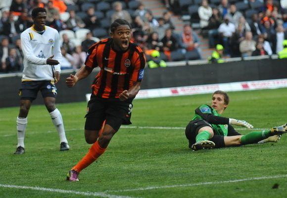 Luiz Adriano comemora gol do Shakhtar (Foto: Site oficial)