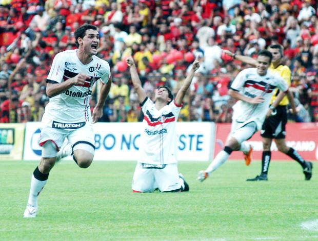gilberto comemora o gol do santa cruz (Foto: Agência Estado)