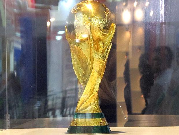 taça da Copa do Mundo em exibição (Foto: Carlos Augusto Ferrari / GLOBOESPORTE.COM)