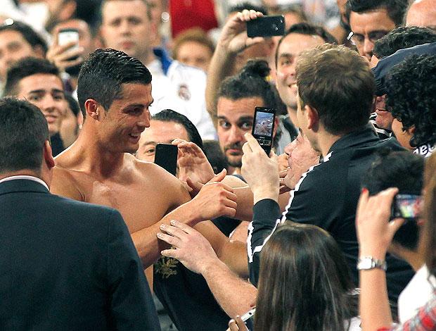 Cristiano Ronaldo entrega camisa para torcedor do Real Madrid (Foto: Getty Images)