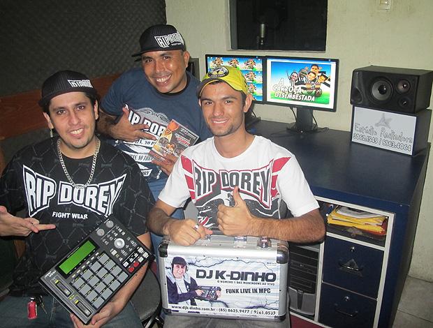 DJ K-Dinho (de preto), MC Ebel (azul) e Rick Vieira autor funk carroça desembestada ceará (Foto: Richard Souza / Globoesporte.com)