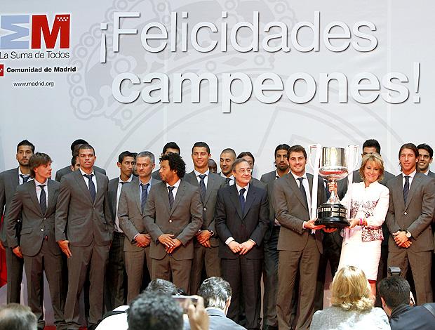 esperanza aguirre presidente da comunidade Madrid florentino perez real madrid réplica da copa do rei (Foto: agência EFE)