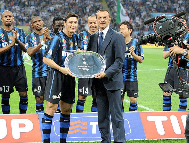 Zanetti ganha placa comemorativa pelo jogo 1000 com a camisa do Inter de Milão (Foto: EFE)