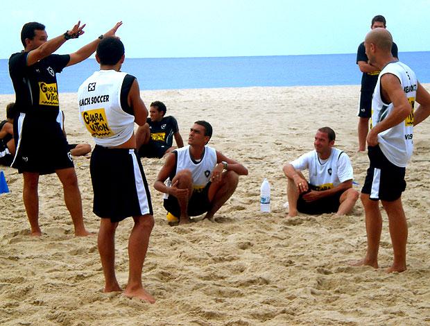 jogadores no treino do Botafogo de futebol de areia (Foto: Igor Christ / GLOBOESPORTE.COM)