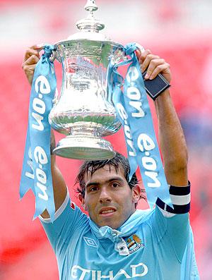 Tevez com a taça da Copa da Inglaterra do manchester city (Foto: Reuters)