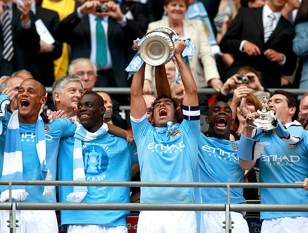 Tevez ergue a taça da Copa da Inglaterra do Manchester City (Foto: Reuters)