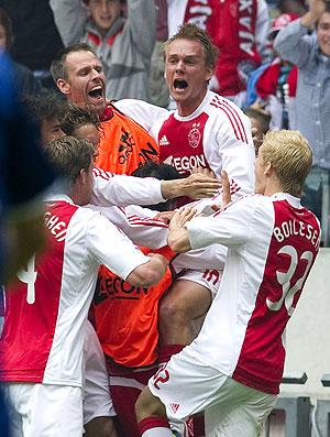 jogadores do Ajax comemoram gol contra o Twente (Foto: AFP)