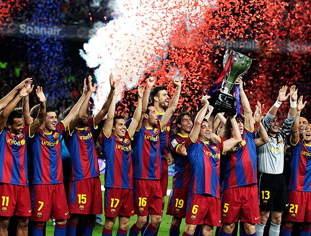 jogadores barcelona troféu (Foto: agência Reuters)